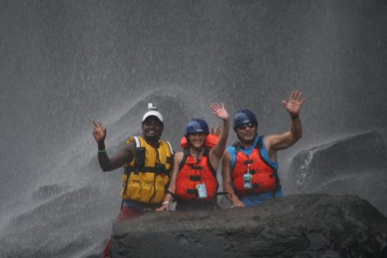 Zimbabue: greetings from Philani, Megan, and me from under the falls