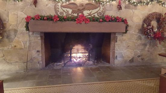 Woodstock Inn and Resort: Cozy Fireplace in the Main Lobby