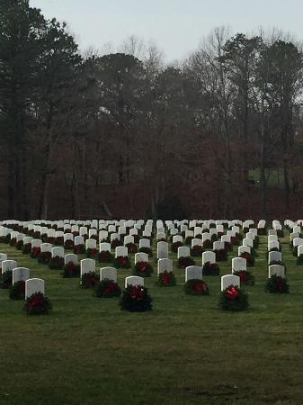 Calverton, نيويورك: Donated Christmas wreaths