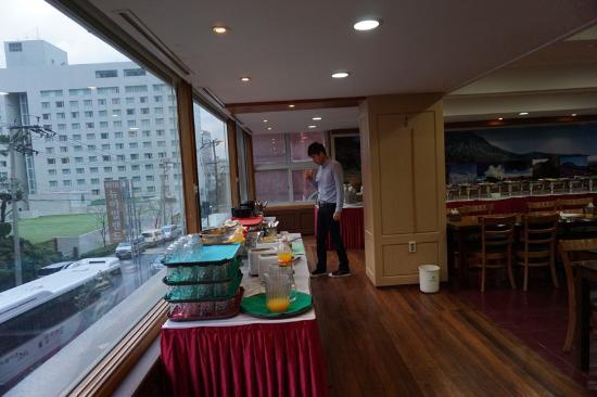 New Island Tourist Hotel: 2층 조식 장소
