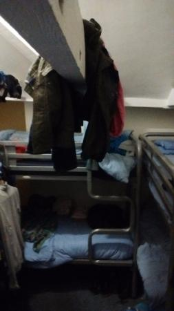 Bath Backpackers Hostel: no lockers other than tiny ones for wallet etc so clothing shoes bags wet washing everywhere