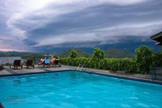 Giritale, Sri Lanka: Pool Side in the eveing