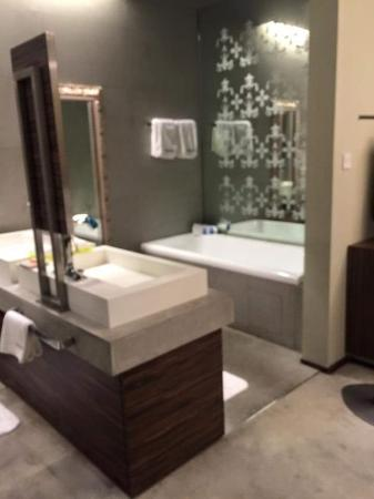 Klapstar Boutique Hotel: bathtub in the room as well! the basins with mirrors are so nice.