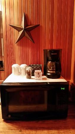 Lincoln City, Oregón: Delightful coffee station with CERAMIC MUGS!!!  YES!!!