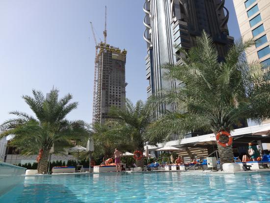 Vue de la piscine de l 39 h tel picture of sofitel dubai for Hotel de dubai