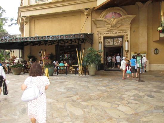 The Cheesecake Factory: お店の前にはアメリカ人も行列を作っています。