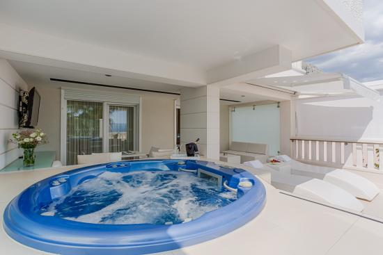 Hotel Damianii: Jacuzzi on the terrace