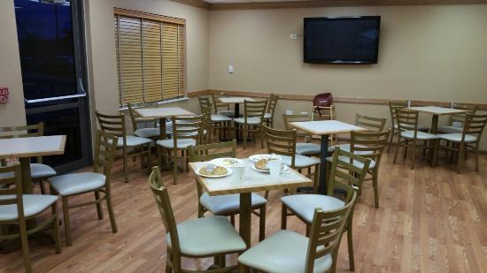 Baymont Inn & Suites Gurnee: Lobby and breakfast area