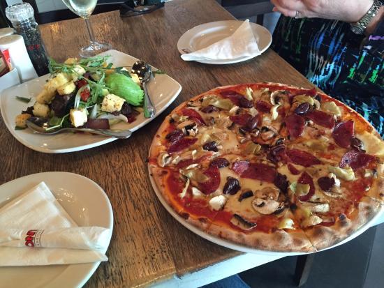 Tony's Spaghetti Grill: Pizza & salad