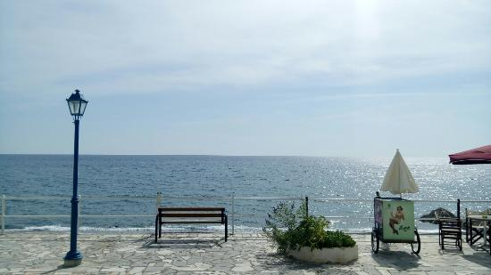 Myrtos, Griechenland: Lovely bench next to the sea