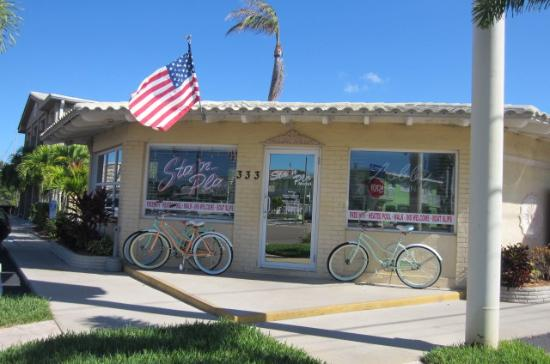 Sta'n Pla Motel: Front desk/they rent bikes & beach stuff