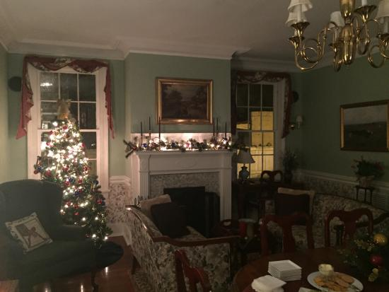 Cannonboro Inn: Parlor decorated for Christmas