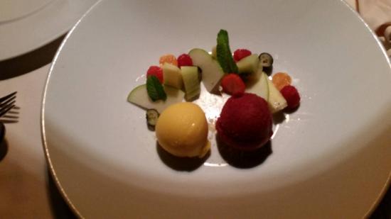 Cermes, إيطاليا: Mango und Waldbeeren Sorbet mit Fruchtvariation