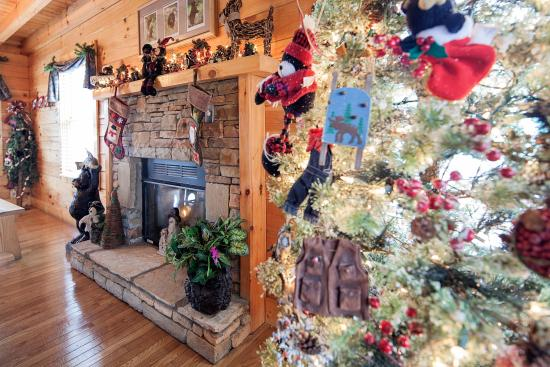 Eagles Ridge Resort: Christmas is Here Come Enjoy our Holiday Decorated Cabins