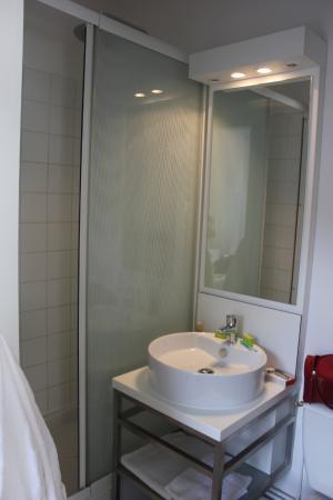 Hotel Calm : Douche + lavabo + toilette