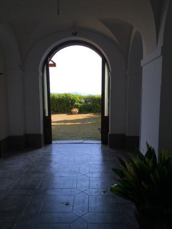 Bed & Brakfast Lauretum: Atrio che conduce alla  terrazza con visita incantevole sulla campagna