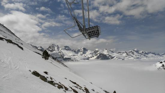Astun, Spanien: Vistas de las montañas nevadas, subiendo a la Raca