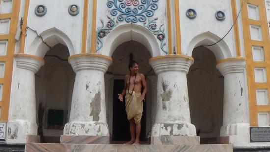 Haldia, Ινδία: Tapanbabu, respected priest of Shibmandir.