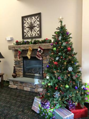 Quality Inn at Quechee Gorge: Breakfast Area decorated for Christmas