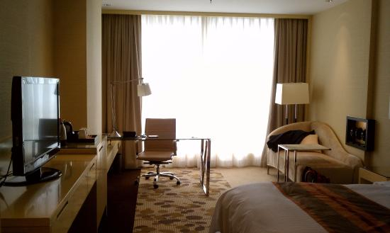 Courtyard by Marriott Shanghai Central: Desk and sofa