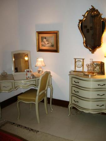 Auberge de Seattle, French Country Inn: Honeymoon Suite Make-up table