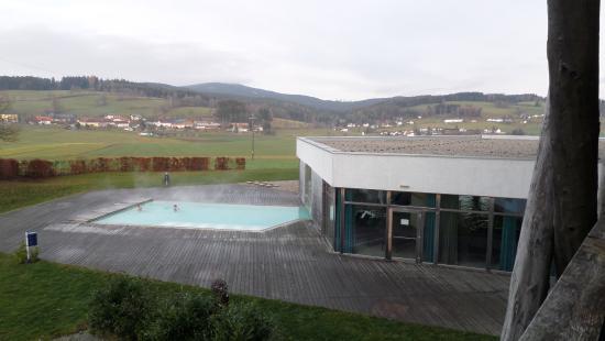 Bad Leonfelden, Austria: Blick von Zimmer 134 auf den Außenpool