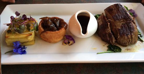 เบย์วิว ไวราไก รีสอร์ท: Steak dinner with yorkshire pudding