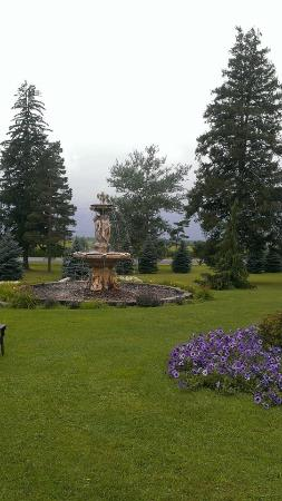 Ingersoll, Canadá: Elm Hurst Inn & Spa beautiful front gardens and fountain