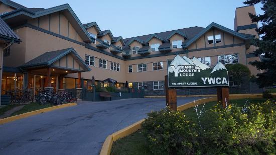 The YWCA Banff Hotel: Вид на отель с улицы