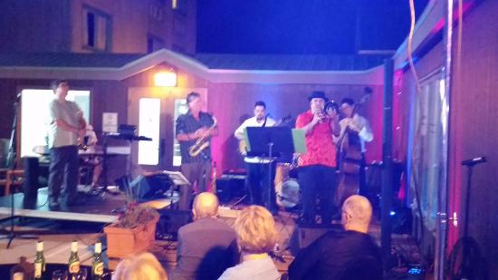 Hearthstone Inn Sydney : On stage in the courtyard under the stars