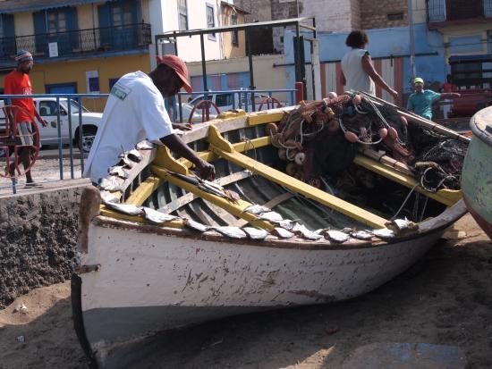 Mercado de Peixe: Vor dem Fischmarkt in Mindelo