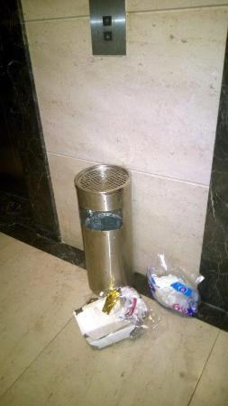 Rayfont Shanghai Nanpu Hotel: Garbage at the elevator door