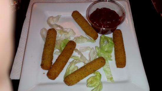 Indiana Cafe - Sebastopol: 5 pauvres bâtonnets dans l'assiette des beignets de mozzarela.