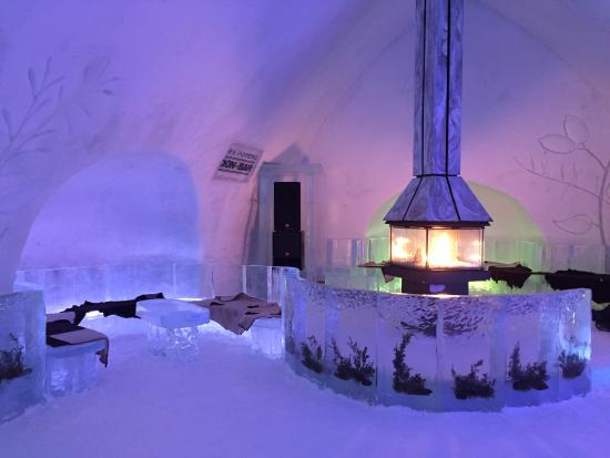 ‪‪Hotel de Glace‬: Seating area in ice bar, fireplace for decoration only :(‬
