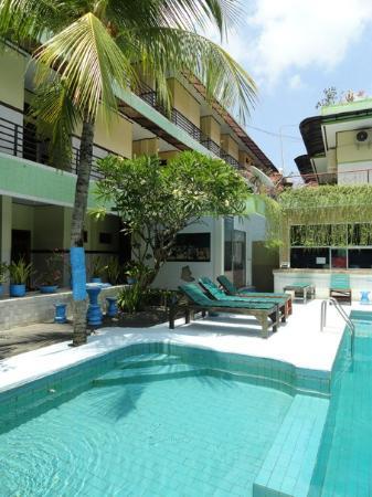Sayang Maha Mertha: В бассейне появляются люди после обеда. С утра пусто, все на пляже