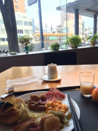 Orient Hotel Kochi: 朝食。外の景色を眺めながら、ゆっくりの朝ができてよかったともいます。乳酸ドリンクが美味しかった。