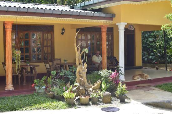 Freedom Guest Inn Ella: På verandan kopplar vi av med svalka och dryck.
