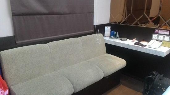Favor Hotel Makassar: Seating area di kamar.