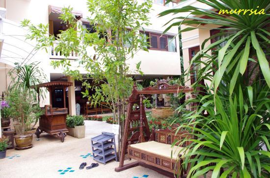 At Chiang Mai Hotel : територия отеля. на заднем плане ресторан