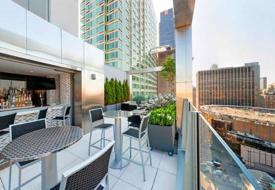 Fairfield Inn & Suites New York Midtown Manhattan/Penn Station: The Skyline Rooftop Bar offers unobstructed views of MSG and The Empire State Building.