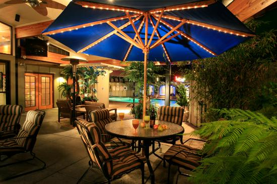 BEST WESTERN PLUS Humboldt Bay Inn: Indoor Patio Area