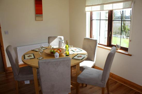 Lakeside Cottages Drumcong: dining with a view