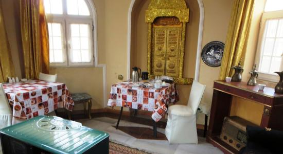 Cairwan Hotel: The pleasant décor of the dining room and lounge. There were nice views toward the castle.