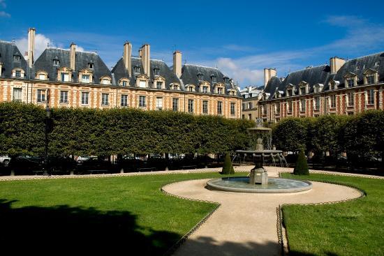 Le Pavillon de la Reine: View of the Place des Vosges