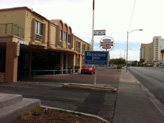 Rodeway Inn: Вьезд на территорию отеля