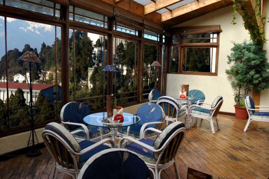 Central Heritage Resort and Spa, Darjeeling: Bar and lounge