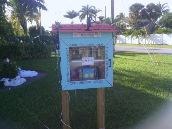 Jupiter, FL: small free library nearby