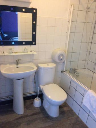Hotel Au Spatial: salle de bain avec baignoire