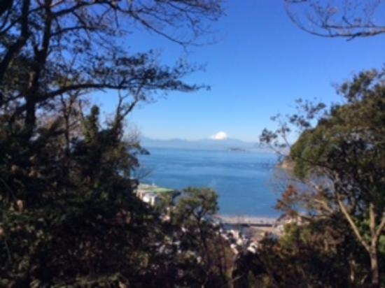 Prefektura Kanagawa, Japonia: 第1号墳から見える富士山、江の島