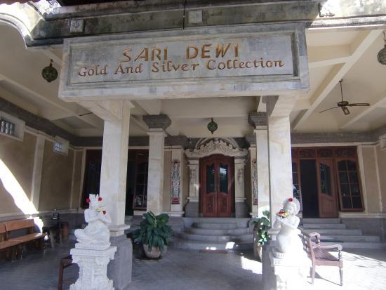 Sari Dewi: 玄関